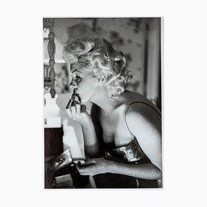 Marilyn Monroe macht sich fertig zum Ausgehen Fotografie von Ed Feingersh, 1955