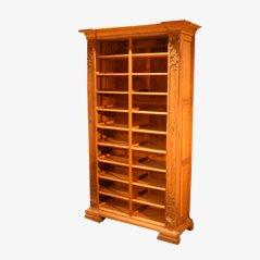 Estantería antigua de madera tallada