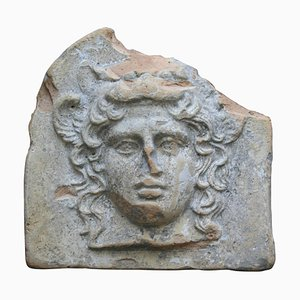 Antefissa antica antica in terracotta a forma di testa di Artemis Bendis, Grecia