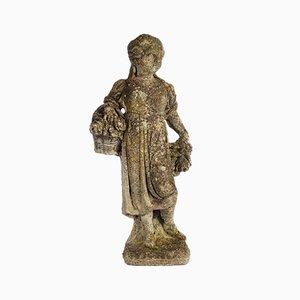 Statue einer jungen Frau in Zement