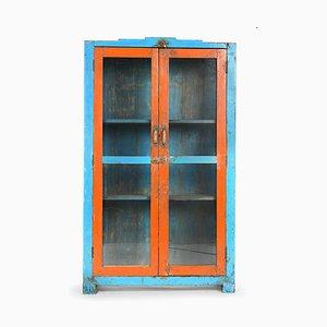 Patinierter Vitrinenschrank aus Holz in Blau & Orange
