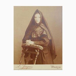Fotografia antica di una giovane suora francese tonificata da L Jacques Paris Sepia, 1889