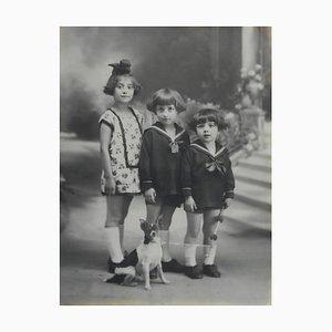 Photographie de Portrait de Trois Enfants et Chien, France, 1920s