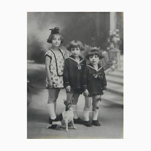 Portrait Fotografie von drei französischen Kindern und Hunden, 1920er