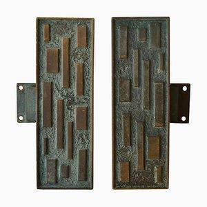 Tirador alargado geométrico de bronce con puerta abatible, años 60. Juego de 2