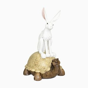 Kaninchen und Schildkröte Glasierte Steingut Skulptur von Valérie Courtet