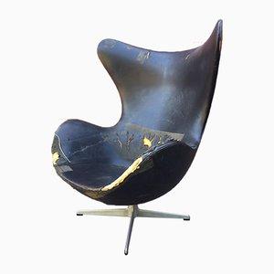 Egg chair in pelle nera di Arne Jacobsen per Fritz Hansen, anni '60