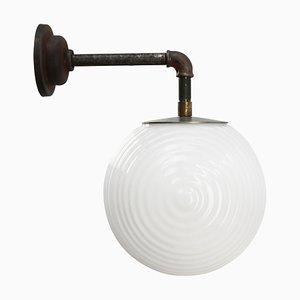 Industrielle Vintage Wandlampe aus weißem Opalglas & Gusseisen