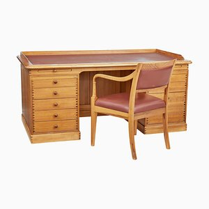 Großer Dänischer Kiefernholz Schreibtisch mit Stuhl von Finn Hansen, 1992, 2er Set
