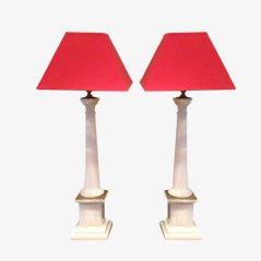 Lámparas italianas modernas con columnas de mármol blanco y latón y con pantallas rojas. Juego de 2