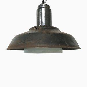 Lámpara colgante industrial de metal y vidrio opalino, años 60