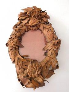 Floraler französischer Spiegel mit Lederrahmen aus 19. Jahrhundert