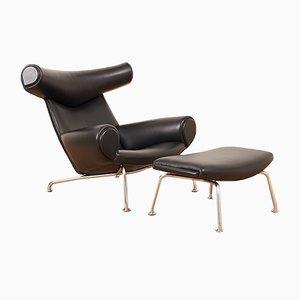 Juego de sillón modelo AP-46 Mid-Century de acero tubular y cuero negro con otomana de Hans J. Wegner para AP Stoelen, años 60