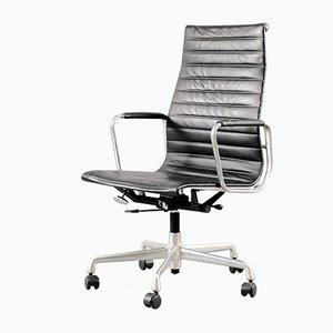 Sedia girevole modello EA 119 Mid-Century in metallo cromato e pelle di Charles & Ray Eames per Vitra