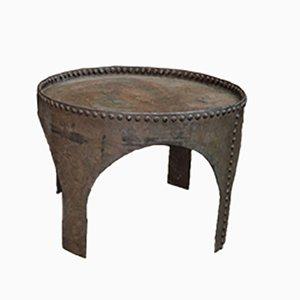 Tavolino da caffè antico industriale rotondo in metallo rivettato