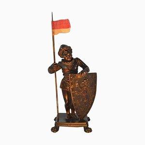 Antike Bronzefigur eines mittelalterlichen Mannes, der eine Flagge hält