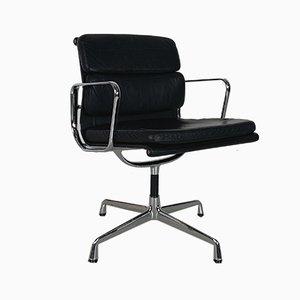 Silla auxiliar vintage de cuero negro de Charles & Ray Eames para Herman Miller, década de 2000