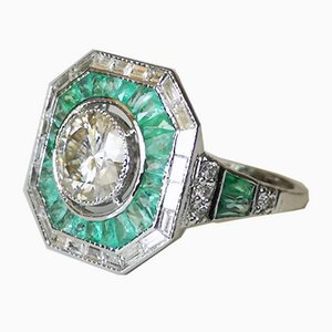 Ring aus 18 kt Weißgold in Moissanite-Form im Art Deco Stil mit 18 k Smaragd- und Diamantring