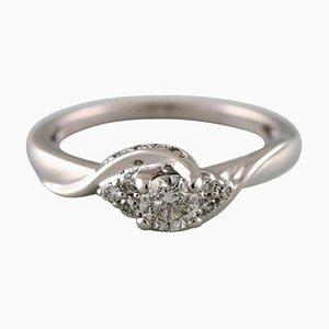 Klassischer Ring aus 18 Karat Weißgold mit zahlreichen Diamanten