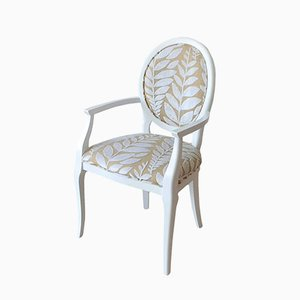 Silla Neat blanca con reposabrazos y tela de Designers Guild de Photoliu