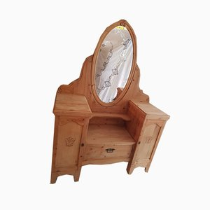 Tocador antiguo de madera blanda