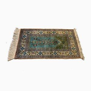 Kleiner türkischer Vintage Vintage Teppich in Blau & Beige aus veganem Seidengewebe, 1960er