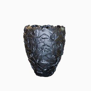 Lotus Vase in Resin & Matt Black from VGnewtrend
