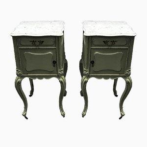 Antike französische Nachttische aus Mahagoni & weißen Carrara Marmorplatten auf Rollen, 2er Set