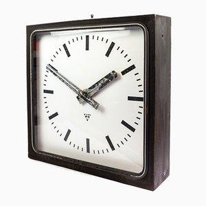 Reloj de pared iluminado de fábrica negro de Pragotron, años 60