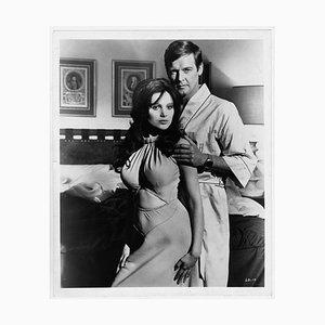Roger Moore y Madeline Smith fotografiados en el set de Live and Let Die, 1973
