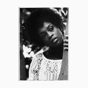 Lola Falana pose Derrière un Arbre Photographié par Frank Dandridge, 1969