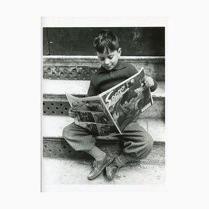 Junge, der eine Zeitung liest, Italien, 1956