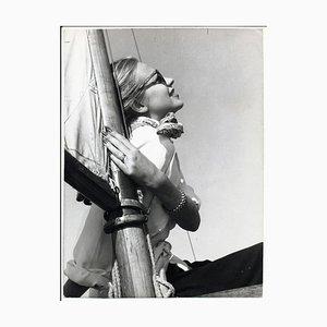 Porträt von Hildegard Knef Chillen in der Sonne auf einem Segelboot, 1955