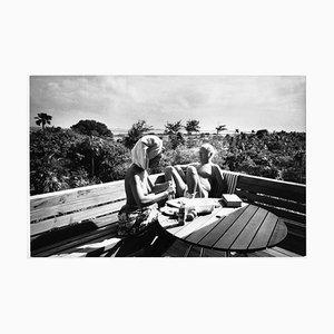Bahamas-Curd Jürgens und Ehefrau Simone Bicheron oben ohne auf einer Terrasse, 1971