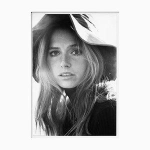 Portrait der deutschen Schauspielerin Eva Renzi mit Hat Against the Sunbeams, 1960er
