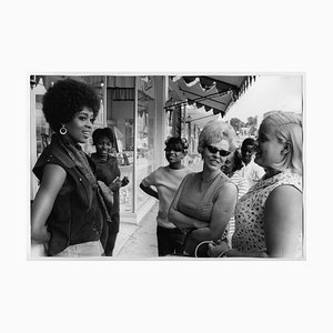 Lola Falana con mujeres en la calle fotografiada por Frank Dandridge, 1969