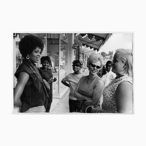Lola Falana mit Frauen auf der Straße Fotografiert von Frank Dandridge, 1969