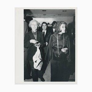 Andy Warhol mit Einkaufstasche, 1973