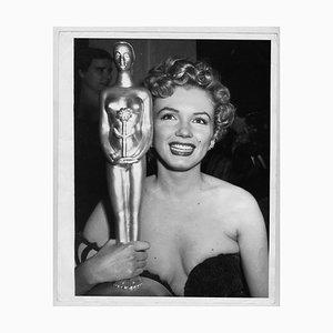 L'actrice Marilyn Monroe remporte un trophée photographié par Earl Leaf, 1952
