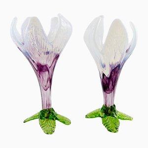 Jarrones bohemios de flores de vidrio artístico blanco, morado y verde, años 50. Juego de 2