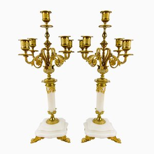 Candelabros estilo neoclásico antiguo de bronce dorado y mármol blanco. Juego de 2