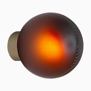 Lampada da parete Stellar One color melanzana con base color champagne di Sebastian Herkner
