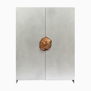 Mobiletto scolpito a mano con ripiano estetico originale pietrificato, Pierre De Valck