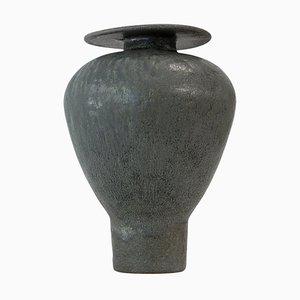 Isolierte Greeney Black '' '' 'Glaze Stoneware Vase, Raquel Vidal und Pedro Paz