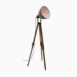 Industrielle Vintage Stehlampe aus dreibeinem Holz & grauer Emaille