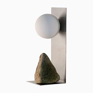 Lámpara de mesa de acero y piedra de Batten & Kamp