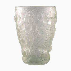 Kunstglas Vase aus Klarglas mit reliefierten Kirschen im Stil von Lalique, 1930er