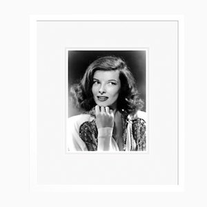 Striking Katherine Hepburn Portrait Archivdruck in Weiß mit Farbdruck von Everett Collection