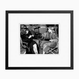 Rogers und Hepburn Chat on Set Archival Pigment Print Gerahmte in Schwarz von Everett Collection