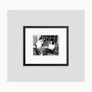 George Cukor & Katharine Hepburn auf Set Archival Pigment Print in Black von Everett Collection gerahmt
